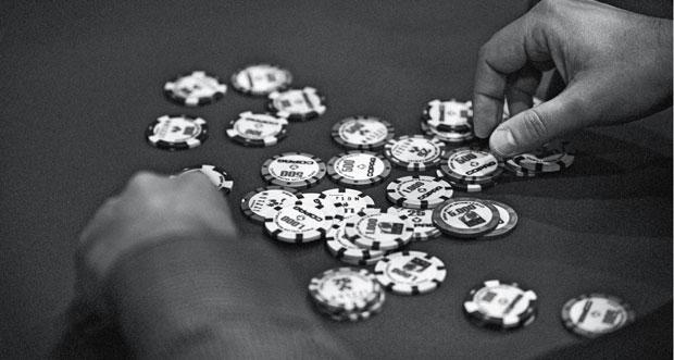 Fichas na mesa, num torneio de pôquer no H2 Club, em São Paulo. Será blefe? (Foto: Ênio Cesar)