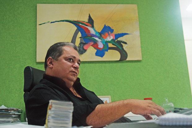 FABRICANTE Rubmaier em seu escritório em Brasília. Responsável por empresas usadas  por Cachoeira,  ele fez saques milionários suspeitos, segundo o Coaf   (Foto: Igo Estrela/ÉPOCA)