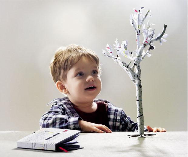 IMAGINAÇÃO  Um menino olha uma árvore feita com páginas de livros. As leituras estimulam a imaginação e o aprendizado  (Foto: Gabriel Rinaldi/Crescer)