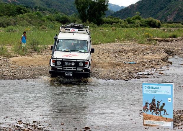 PRÊMIO Para alcançar os doentes, a equipe dos Médicos Sem Fronteiras precisa atravessar  o rio que corta uma aldeia boliviana. No livro Dignidade!, nove escritores contam a experiência humanitária – 28 mil profissionais de saúde em 65 países – que recebeu (Foto: Vânia Alves)