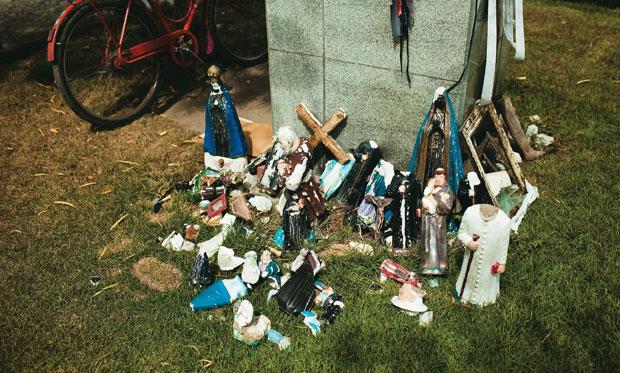 A fé que move o agreste As estátuas velhas num canteiro de Campo Alegre mostram como as regras da fé ditam comportamentos: jogá-las fora seria pecado (Foto: Claus Lehmann)