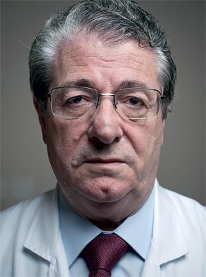 """UM MÉDICO RARO A cada 100 novos médicos, apenas dez decidem ser clínico geral. Aos 63 anos, Antonio Carlos acredita que o contato olho no olho e a conversa são tão importantes quanto auscultar o coração. """"Acho que sou um dos últimos"""" (Foto: Filipe Redondo/ÉPOCA)"""
