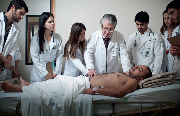 PARECE REMBRANDT Como no célebre quadro A lição de anatomia do Dr. Tulp, Antonio Carlos demonstra num paciente do Hospital São Paulo um exame clínico completo. Para ele, nada substitui o ensino à beira do leito (Foto: Filipe Redondo/ÉPOCA)
