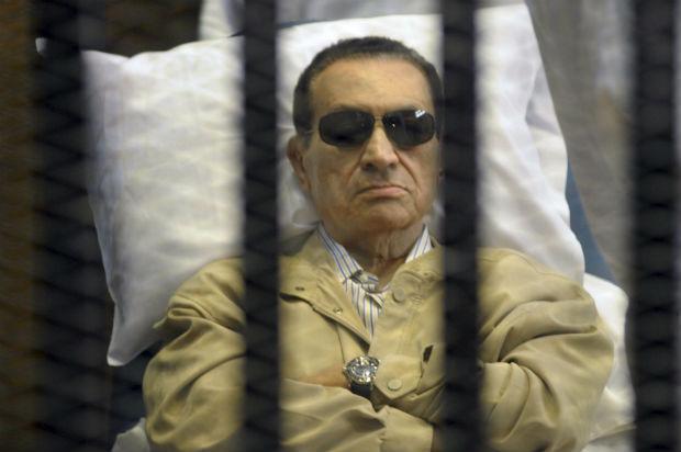 O ex-presidente egípcio, Hosni Mubarak, em foto feita em de 2 de junho deste ano, em uma cela durante julgamento na academia de polícia do Cairo (Foto: Arquivo/AP)
