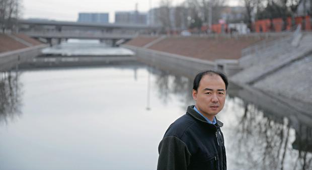 """ÁGUAS CINZENTAS O ativista Ma Jun em Pequim. """"Ao ver a natureza no Pantanal, fiquei maravilhado e pensei em como nossos rios deveriam ser na China"""" (Foto: Liu Jin/AFP)"""