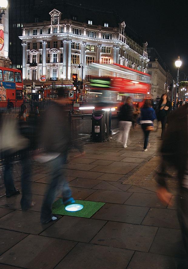 BRILHO NO PÉ Lâmpada acende em calçada de Londres.  A luz é gerada a partir de energia vinda dos passos dos pedestres  (Foto: Haroldo Castro )