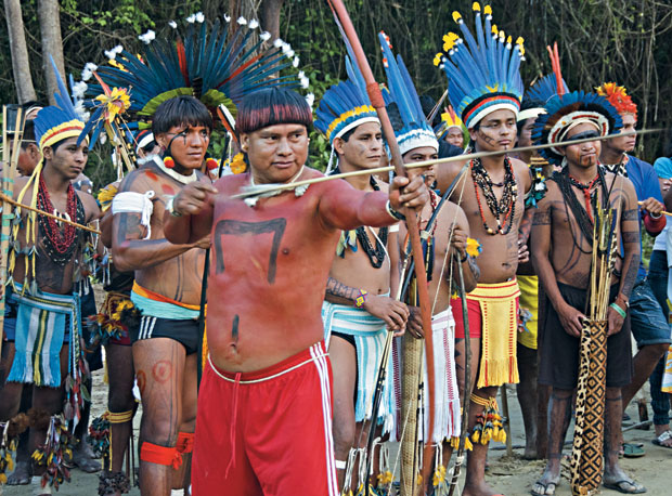 PROTESTOS... Índios arqueiros mostram seu talento no Rio de Janeiro.  Um deles se exaltou e  correu atrás de um segurança  no centro da cidade   (Foto: Sergio Moraes/Reuters)