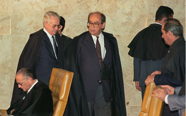 HISTÓRIA O julgamento do ex-presidente Fernando Collor, acusado de corrupção, no Supremo, em 1994. Os advogados dos acusados eram insultados na rua  (Foto: Sérgio Lima/Folhapress)