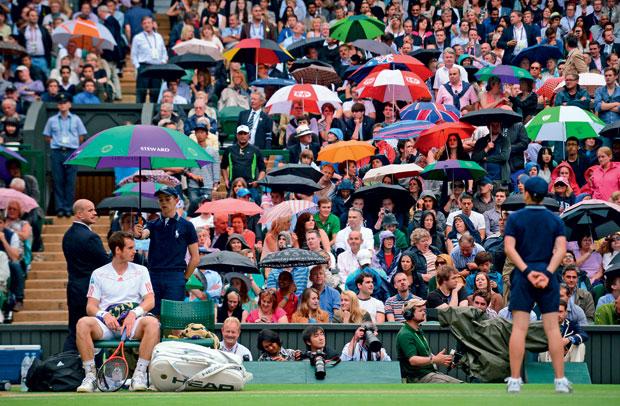ELA DE NOVO Andy Murray em partida contra David Ferrer em Wimbledon, interrompida pela chuva. O tempo úmido é característico de Londres  (Foto: Leon Neal/AFP)