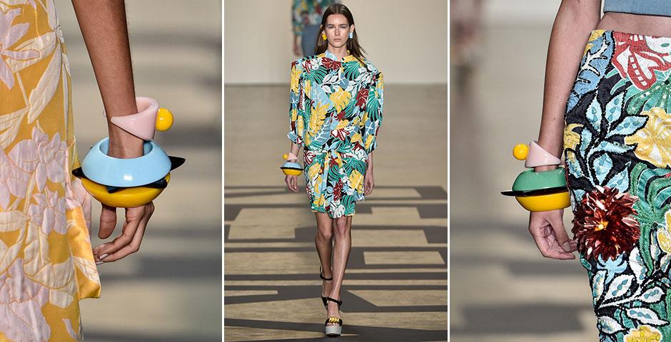 As maxipulseiras da PatBo: as roupas desenhadas por Patricia Bonaldi já alegraram a passarela graças às cores e bordados, mas ganharam ainda mais força com os acessórios de resina feitos em parceria com a marca Cine 732