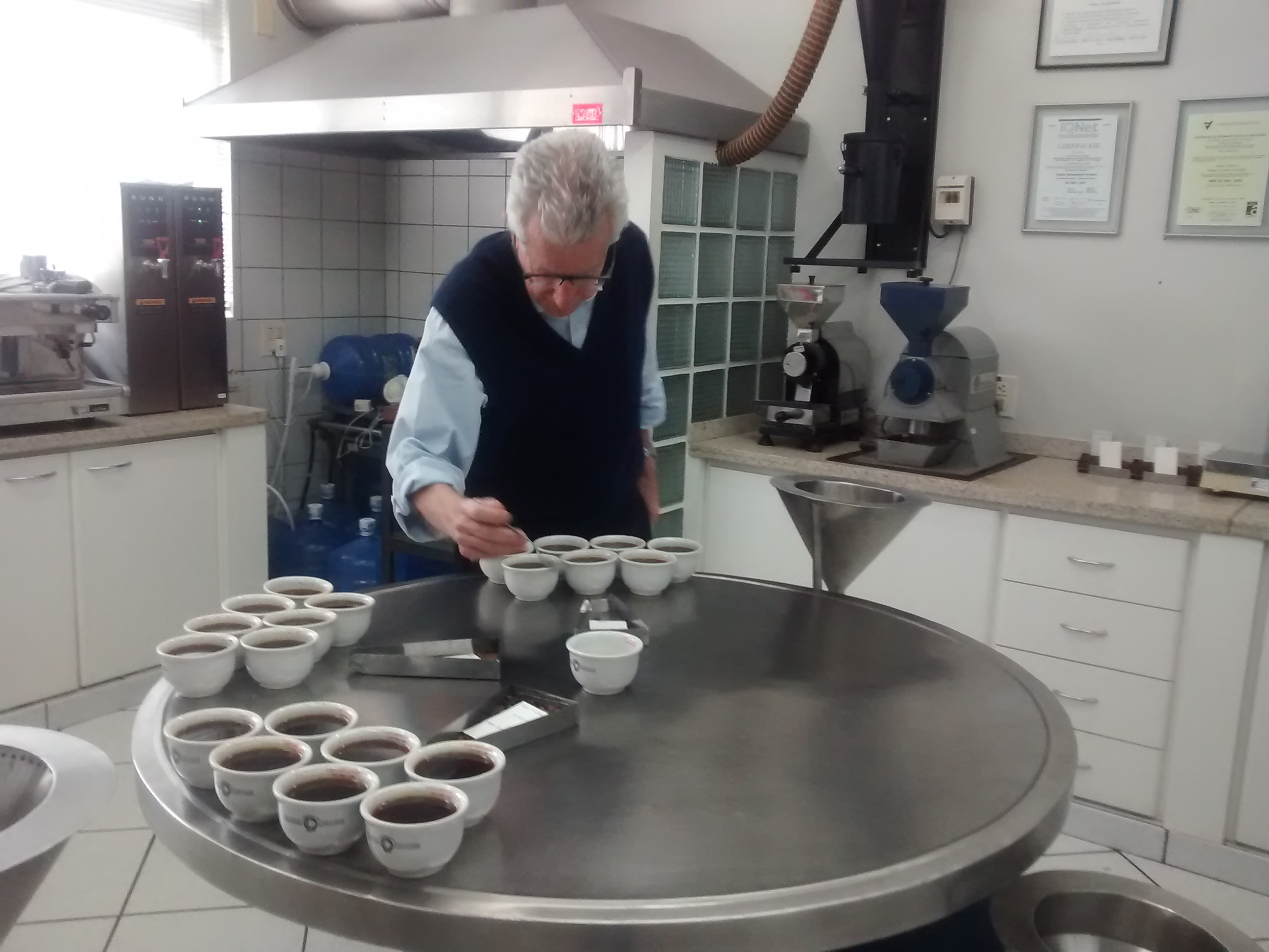 Eduardo Carvalhaes, com amostras de café para o cupping (Foto: Raphael Salomão/Ed. Globo)
