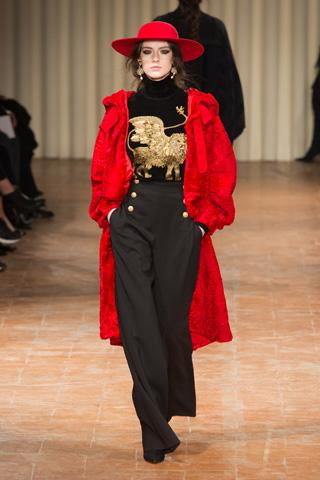 O casaco alongado e brocado de Alberta Ferreti (foto: imaxtree)