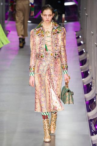Píton e pedrarias decoram o casaco cropped da Gucci (foto: imaxtree)