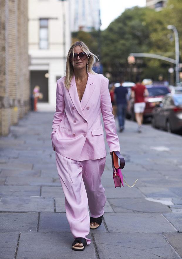 As mais modernas podem apostar em ternos oversized na paleta desmaiada