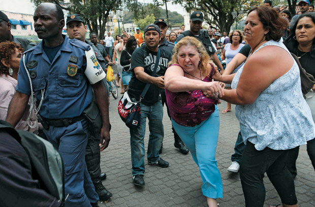 À BEIRA DE UM ATAQUE DE NERVOS A ex-prefeita de Magé, Núbia  Cozzolino, é contida durante um tumulto no centro da cidade. Ela foi cassada por desvio de recursos públicos  (Foto: Cléber Júnior/Extra/Ag. O Globo)