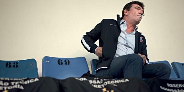 TENSÃO Sanchez, fumante, vê a derrota do Corinthians para o Santos, no estádio do Pacaembu, em São Paulo. Os amigos o descrevem como peitudo, mercurial e intuitivo (Foto: Caio Guatelli/ÉPOCA)
