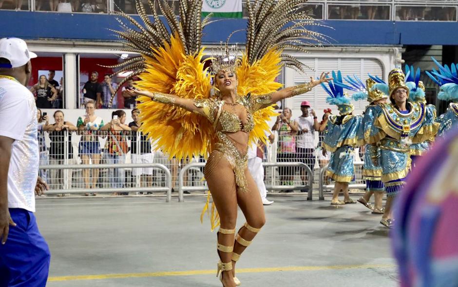 f1accdfbe Geisy Arruda usa lingerie especial para o Carnaval de São Paulo